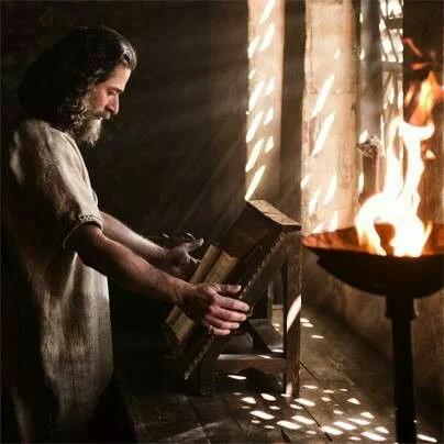 Даниил читает Писание