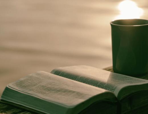 Библия и кружка
