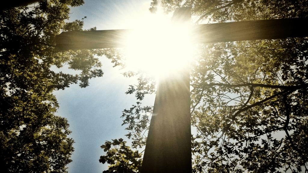 Благодать Божья. Крест и солнечные лучи